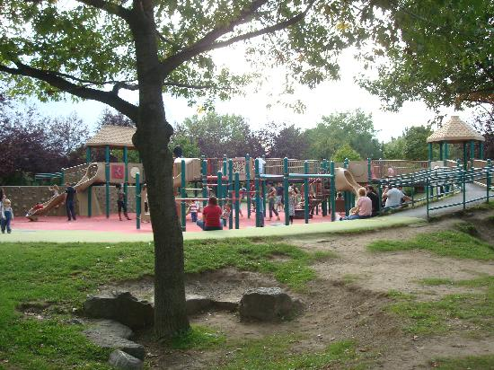 Nature Centre (Le Centre de la nature): playground