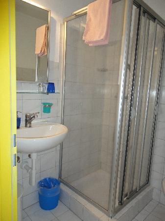 Hotel Hessengütli: shower and sink