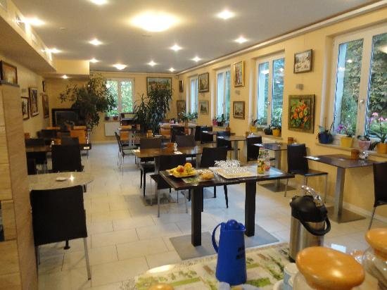 Hotel Hessengütli: breakfast room, don't miss the great art