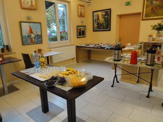 Hotel Hessengütli: Breakfast: fruits, juices, hams, cheese, bread, cereals, coffees, teas