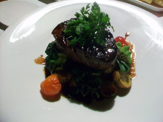 Restaurant Schloss Wülflingen: Beef filet roasted in thyme butter, fried potatoes and fresh seasonal vegetables