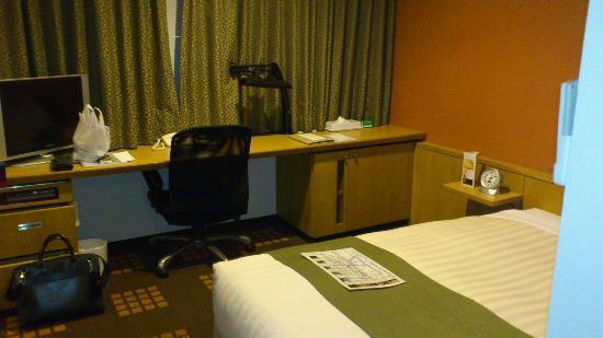 Tachikawa Washington Hotel: デスクも意外と広いです。