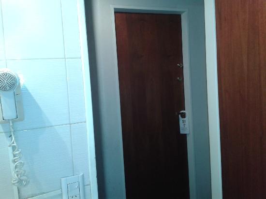 Tritone Hotel: Esta es la puerta que se ve desde el baño