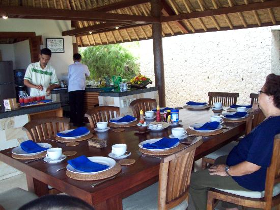 Balivillas.com Estate: Servants preparing breakfast - Villa Bayu