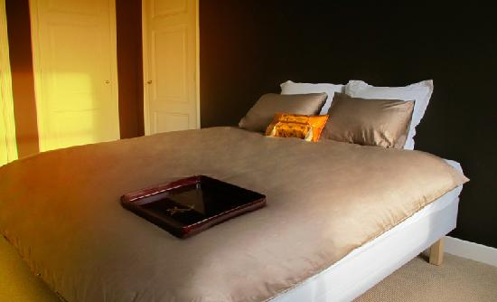 Maison Indochine: Golden Room king size bed