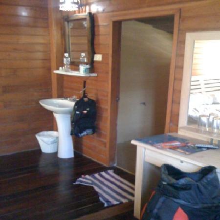Thai House Beach Resort : Waschbecken neben Bett, ohne Aufhängevorrichtung