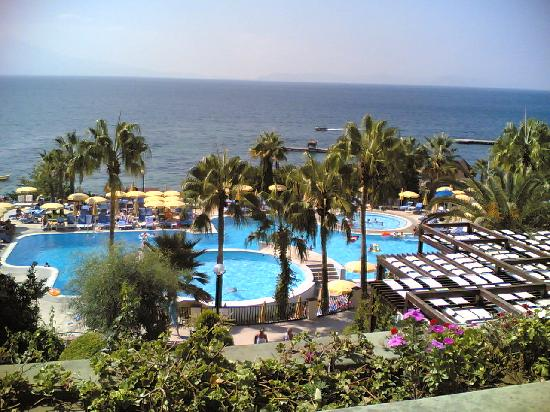 Fantasia Hotel De Luxe Kusadasi: View over the pool and sea