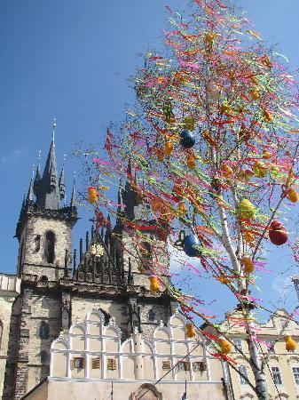 Sightseeing Prague: Easter in Prague - Old Town Square (Tyn church)