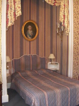 Saint Symphorien le Chateau, France: Antiques adorn bedrooms at Esclimont