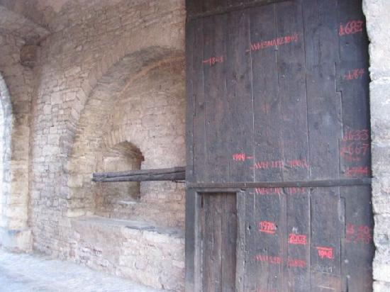 Oberes Maintor: floodmarks on the door
