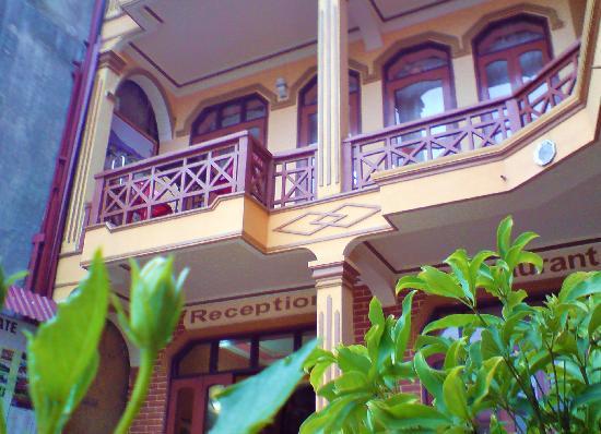 Lotus Hotel: ..Enterance at top of stairway ..
