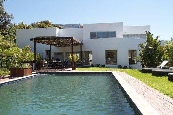CUBE Guest House: Blick vom Pool auf den Frühstücksplatz