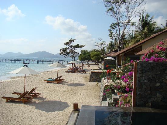 Cocotinos Sekotong, Boutique Beach Resort & Spa: Наша вилла, вид с пляжа