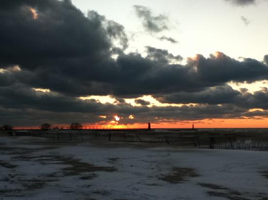 Victoria Resort Bed & Breakfast: December Sunset at the South Haven Pier