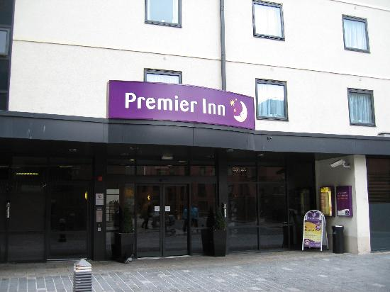 Premier Inn Liverpool City Centre (Moorfields) Hotel: Snapped a quick shot of the entrance. :)