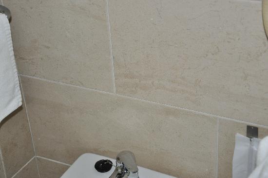 Hotel Ceuta Puerta de Africa: azulejos del baño