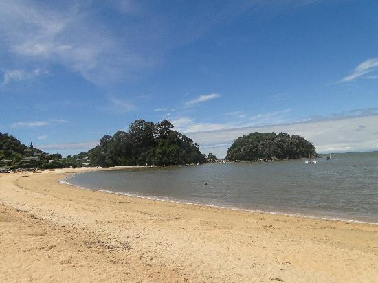 Kaiteriteri Beach: Golden sands curved up to one end