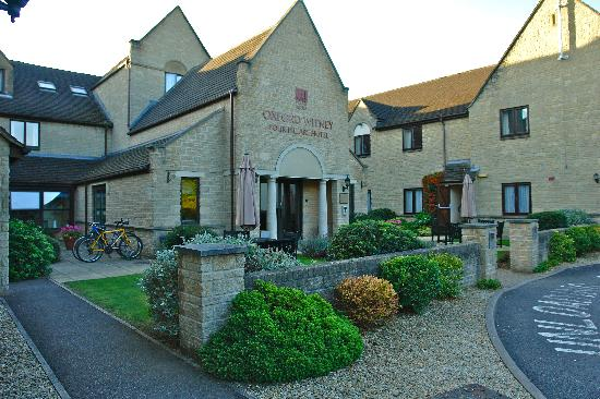 Oxford Witney Four Pillars Hotel: Hotel entrance
