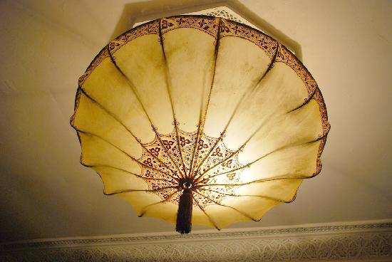 Riad Aguaviva: Lámpara de la habitación de Mapas