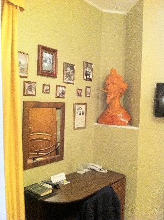 Old Vienna Hotel : Фото Шаляпина и бюст Дон-Кихота