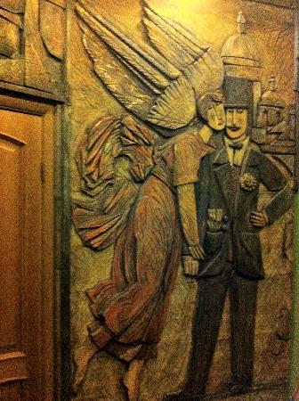 Old Vienna Hotel: барельефы на стене коридора, рядом с дверью в номер