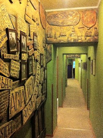 Old Vienna Hotel: барельефы на стене коридора