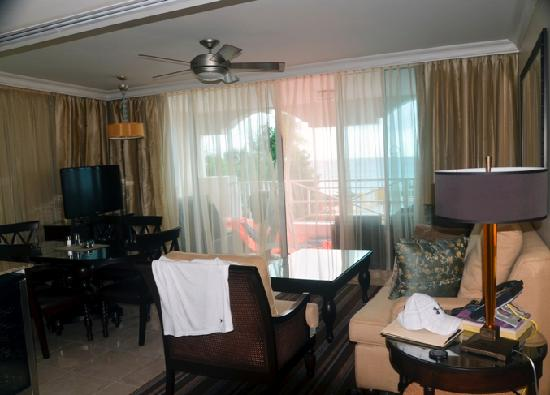Ocean Two Resort & Residences: Suite living area