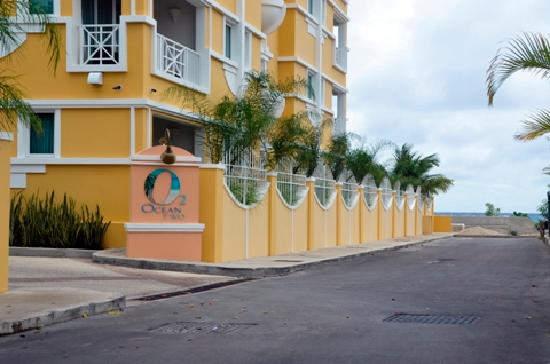 Ocean Two Resort & Residences: Frong entrance from street