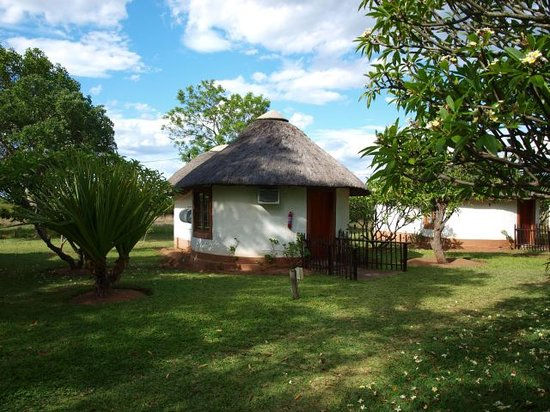 ‪‪Cheetah Inn‬: Cheetah Inn thatched roof hut (double bed room with ensuite)‬