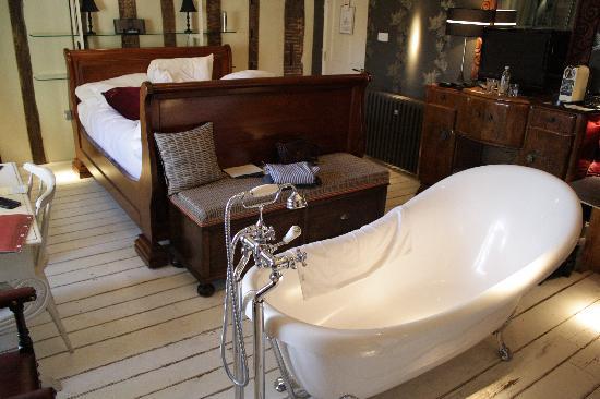 Wellington at Welwyn: Slipper bath in Room 3