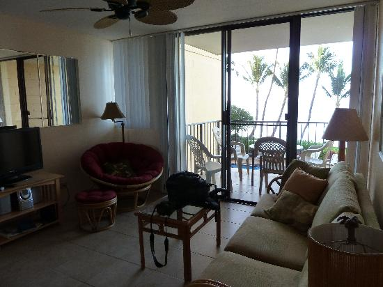 Kealia Resort: Living area and lanai
