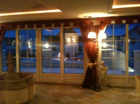 Falkensteiner Hotel & Spa Falkensteinerhof: zona relax. lettini acqua