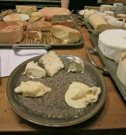 Le Moissonnier: Selecting the cheese