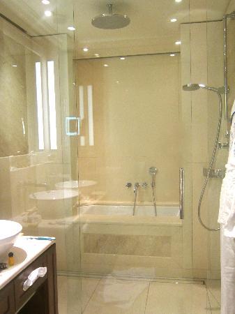 Excelsior Hotel Ernst: outstanding en-suite bathroom and walk in rain shower and bathtub