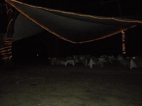 Playa Koralia: comedor a la noche