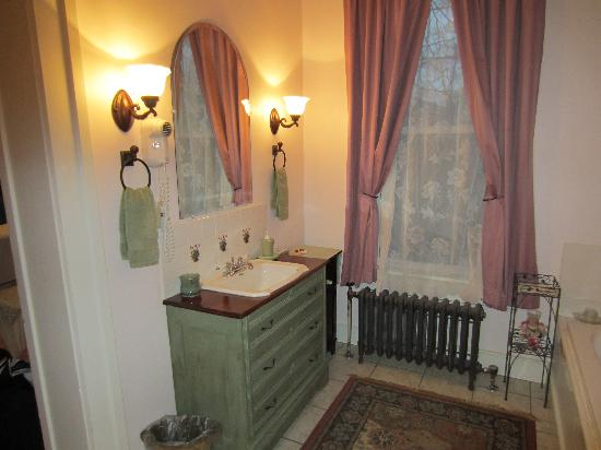 Barrister's Bed & Breakfast: bathroom...Grandmother's Room