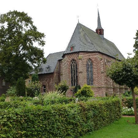 Hotel Haus Elmer: Church beside hotel