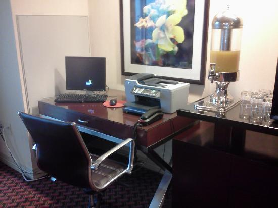 Sheraton Louisville Riverside Hotel: Club Level Lounge with complimentary internet access