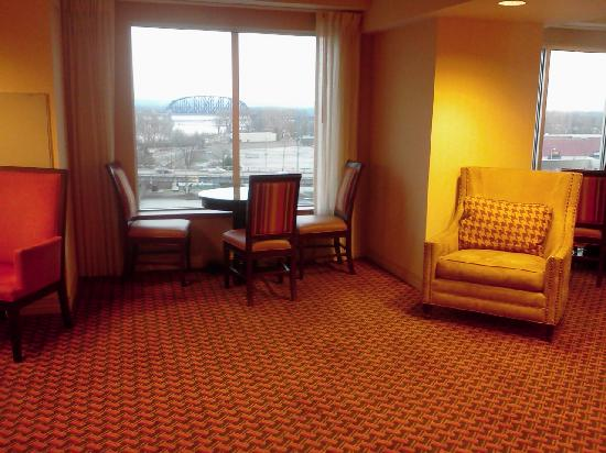 Sheraton Louisville Riverside Hotel: Club Level Lounge with a view of the river from three windows