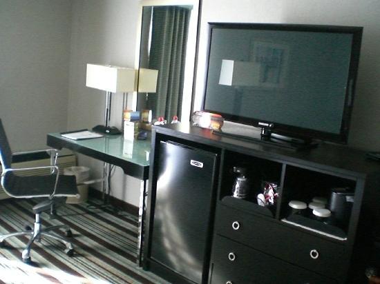 Holiday Inn Long Beach Airport Hotel: TV/Work Desk