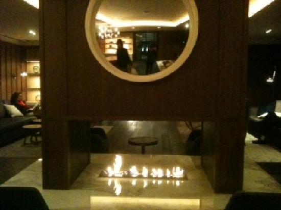 AKA Sutton Place : cosy fireplace at lounge