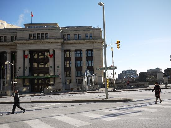 Ottawa Walking Tours: Governement Conference Center facing the Fairmont Château