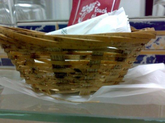 Hotel Aguila: cesta de jabones con moho