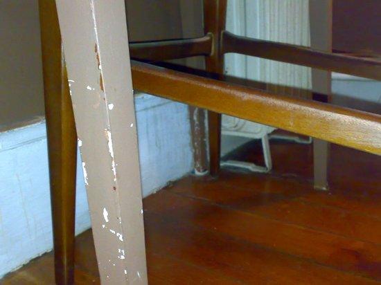 Hotel Aguila: silla desconchada