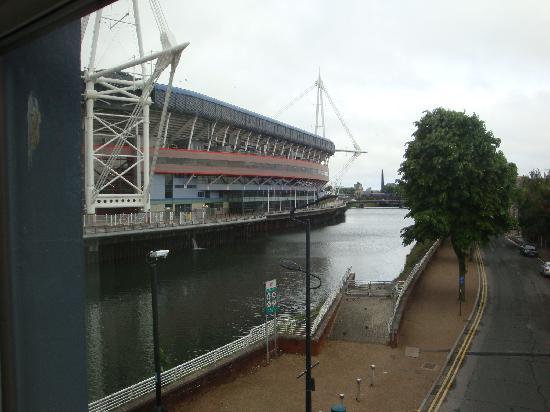 NosDa Hostel & Bar: the view of the River Taft and stadium
