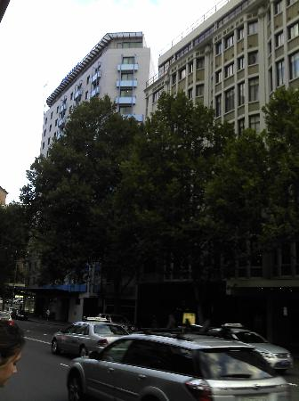 Wyndham Sydney Suites: A view of the Wyndham from the street corner