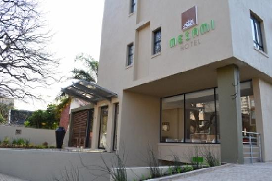 Mesami Hotel: driveway entrance