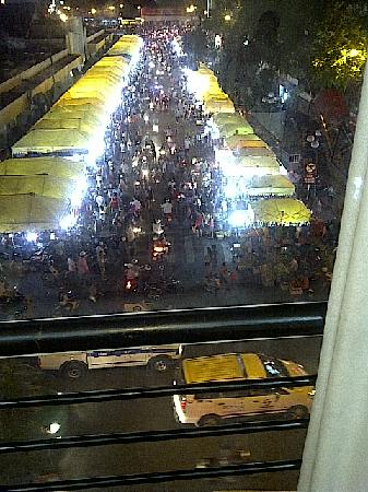 Ngan Ha Hotel: the night market view from the roomdayto