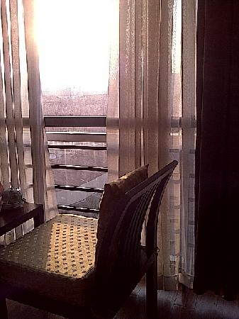 Ngan Ha Hotel: Nice morning sun to the room