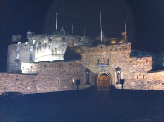 Premier Inn Edinburgh City Centre (Haymarket) Hotel: Edinburgh castle at night